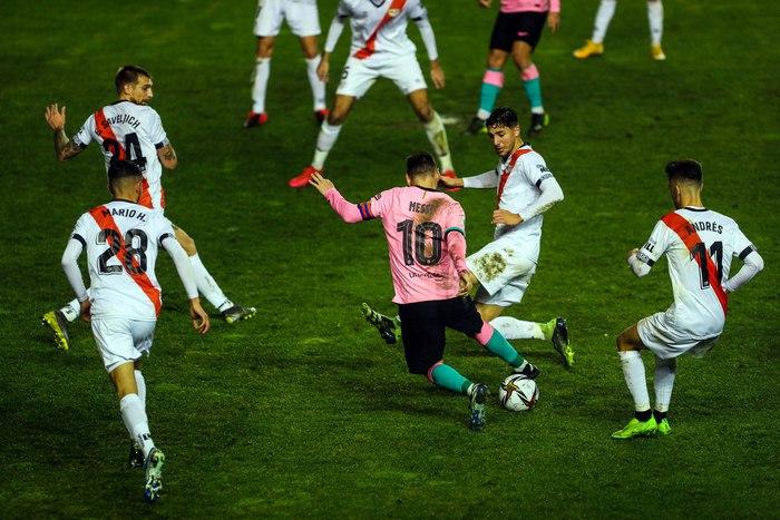 Messi rê bóng qua cả thủ môn nhưng dứt điểm hỏng ăn trước khung thành trống - Ảnh 4.