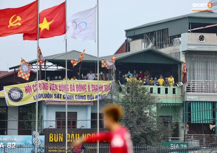 V.League cấm khán giả vì Covid-19, CĐV Thanh Hoá vẫn tụ tập cùng xem trận gặp Nam Định FC - Ảnh 1.