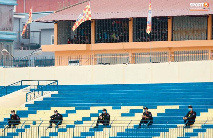 V.League cấm khán giả vì Covid-19, CĐV Thanh Hoá vẫn tụ tập cùng xem trận gặp Nam Định FC - Ảnh 4.