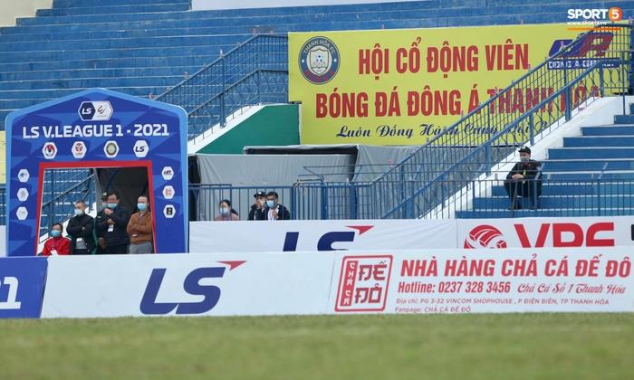 V.League cấm khán giả vì Covid-19, CĐV Thanh Hoá vẫn tụ tập cùng xem trận gặp Nam Định FC - Ảnh 5.