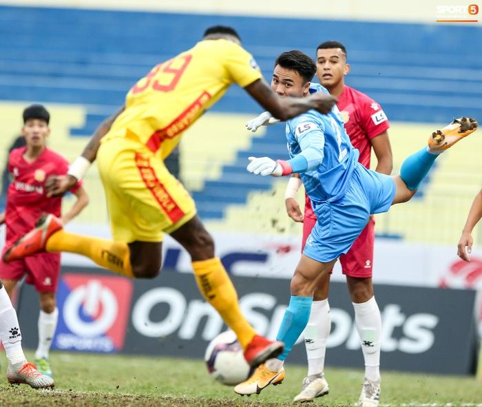 Tiền đạo ghi nhiều bàn nhất V.League bỏ lỡ cơ hội khó tin và cái kết xây xẩm mặt mày - Ảnh 3.