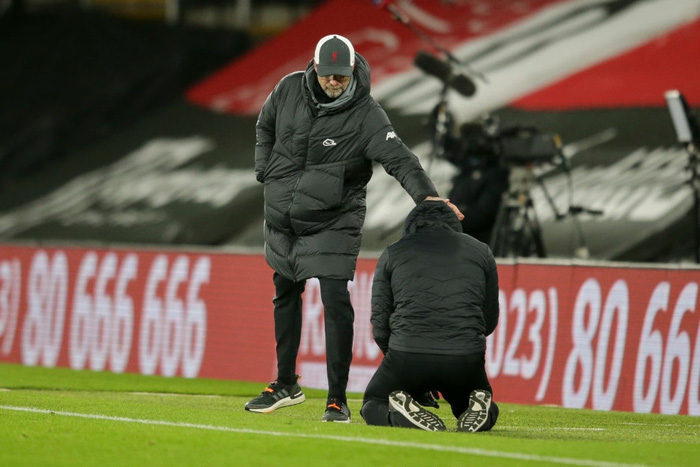 Hạ gục Liverpool, HLV Southampton quỳ xuống khóc nức nở và pha bẻ lái sau đó của ông khiến tất cả phải bật cười - Ảnh 2.