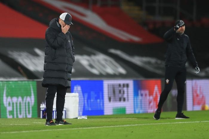 Hạ gục Liverpool, HLV Southampton quỳ xuống khóc nức nở và pha bẻ lái sau đó của ông khiến tất cả phải bật cười - Ảnh 7.