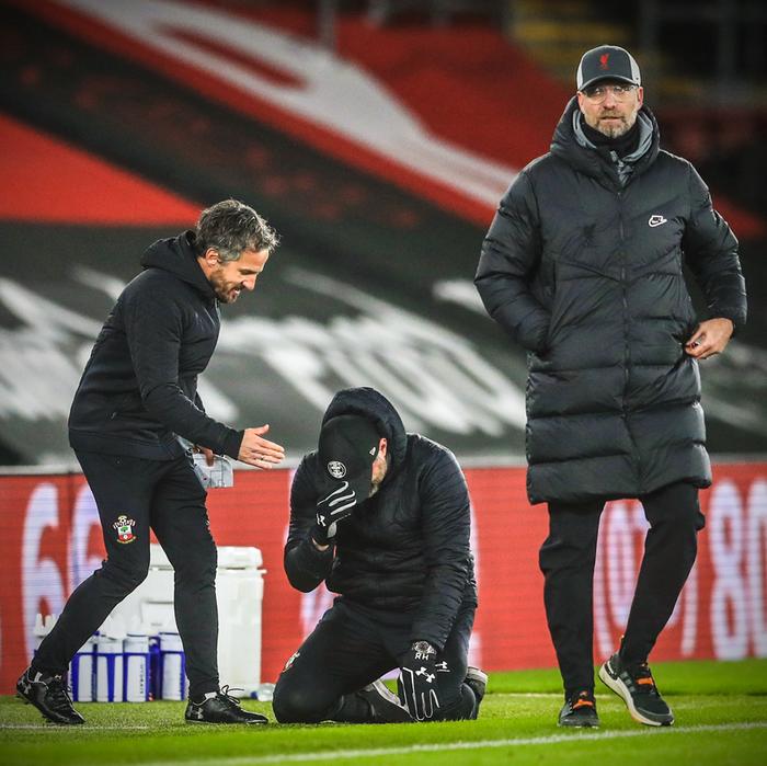 Hạ gục Liverpool, HLV Southampton quỳ xuống khóc nức nở và pha bẻ lái sau đó của ông khiến tất cả phải bật cười - Ảnh 1.