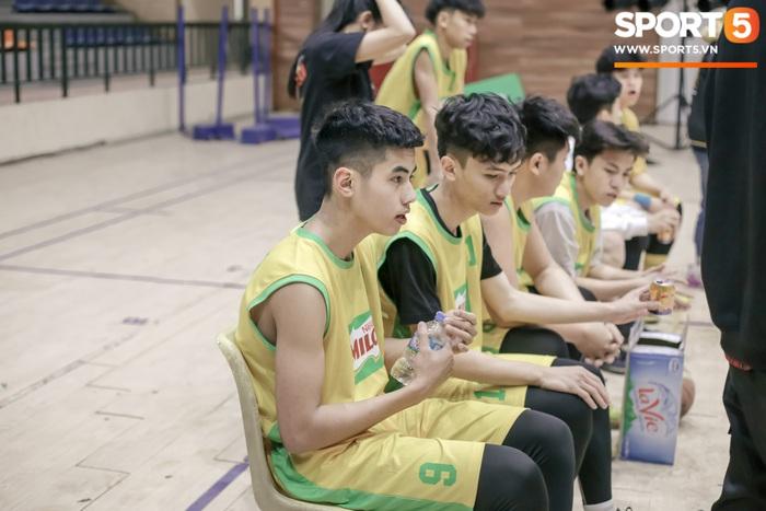 Đội bóng rổ của trường THPT Xuân Mai gây sốt với visual cực đỉnh, màn phát cẩu lương sau đó thì khiến tất cả phải rụng tim - Ảnh 2.
