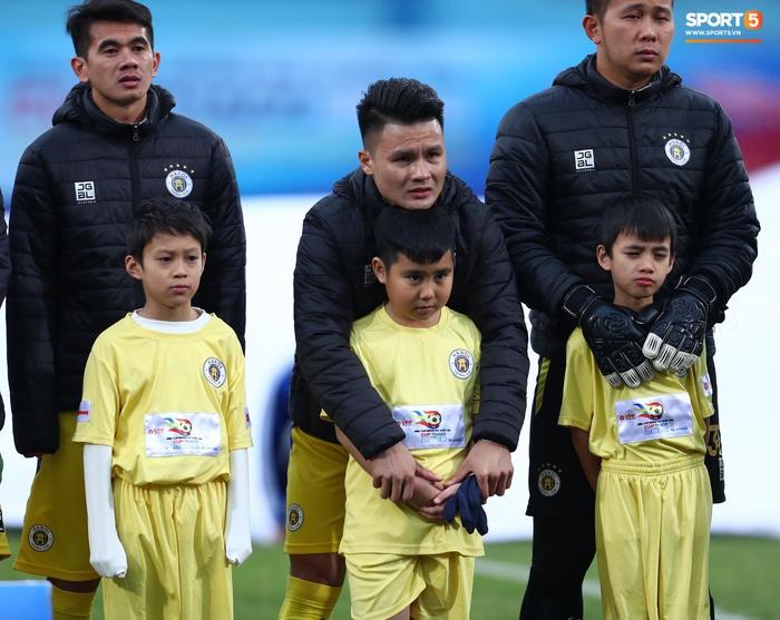 BTC trận Siêu Cúp Quốc gia bị chỉ trích vì để trẻ em mặc áo cộc tay ra sân giữa trời rét 10 độ C - Ảnh 2.