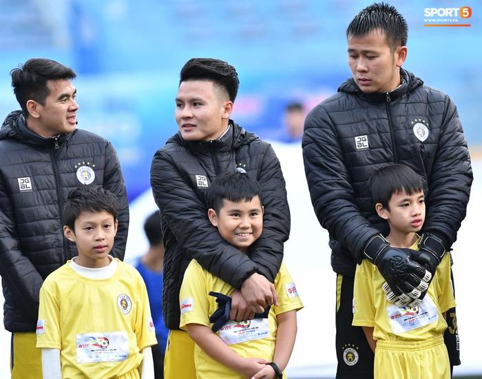 BTC trận Siêu Cúp Quốc gia bị chỉ trích vì để trẻ em mặc áo cộc tay ra sân giữa trời rét 10 độ C - Ảnh 1.