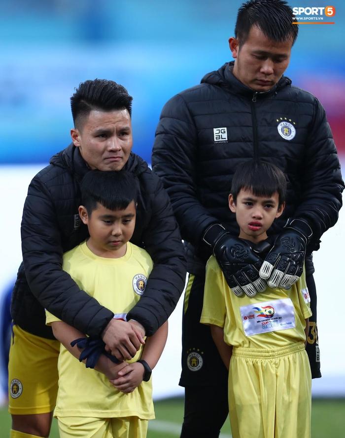 BTC trận Siêu Cúp Quốc gia bị chỉ trích vì để trẻ em mặc áo cộc tay ra sân giữa trời rét 10 độ C - Ảnh 3.
