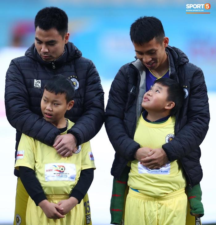 BTC trận Siêu Cúp Quốc gia bị chỉ trích vì để trẻ em mặc áo cộc tay ra sân giữa trời rét 10 độ C - Ảnh 7.
