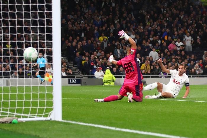 Son kiến tạo, Kane lập hat-trick giúp Tottenham lên đầu bảng xếp hạng Conference League - Ảnh 10.