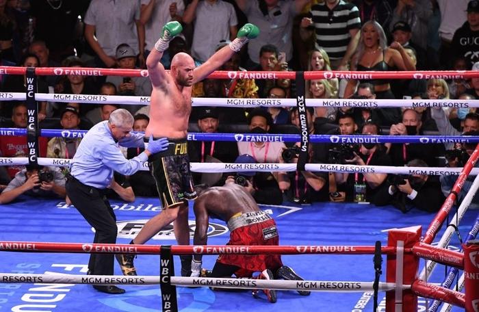Tyson Fury hạ knock-out Deontay Wilder trong trận đại chiến có 5 tình huống đánh ngã - Ảnh 2.