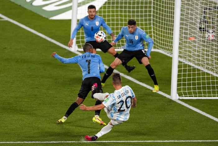Messi ghi bàn rùa để lập kỷ lục và mở ra chiến thắng đậm cho Argentina trước Uruguay - Ảnh 4.