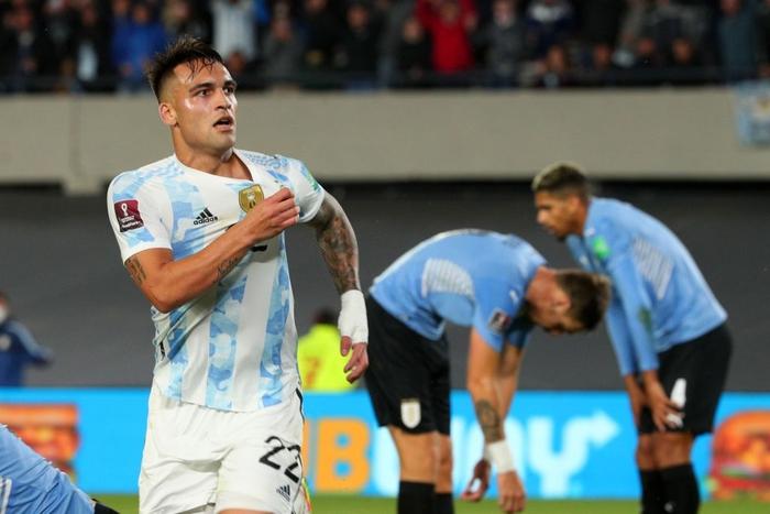 Messi ghi bàn rùa để lập kỷ lục và mở ra chiến thắng đậm cho Argentina trước Uruguay - Ảnh 10.