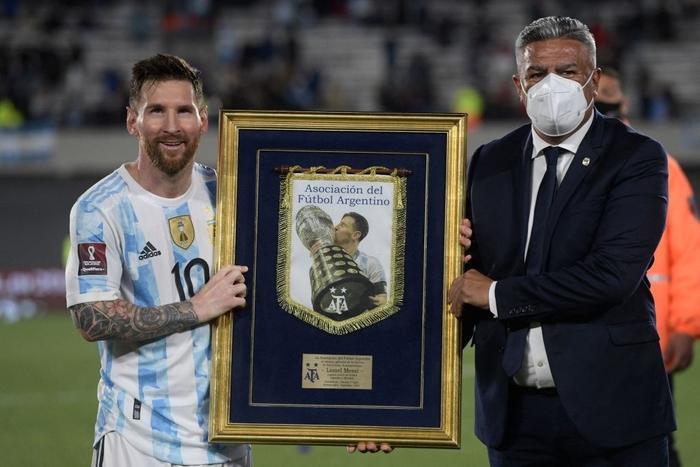 Messi ghi bàn rùa để lập kỷ lục và mở ra chiến thắng đậm cho Argentina trước Uruguay - Ảnh 6.