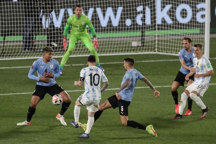 Messi ghi bàn rùa để lập kỷ lục và mở ra chiến thắng đậm cho Argentina trước Uruguay - Ảnh 8.
