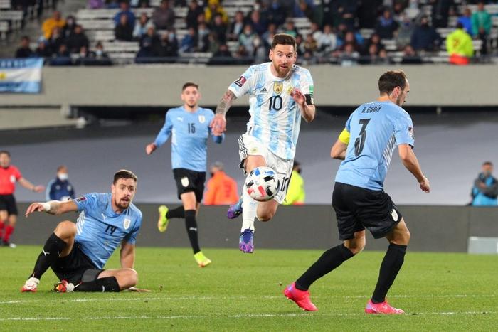 Messi ghi bàn rùa để lập kỷ lục và mở ra chiến thắng đậm cho Argentina trước Uruguay - Ảnh 11.