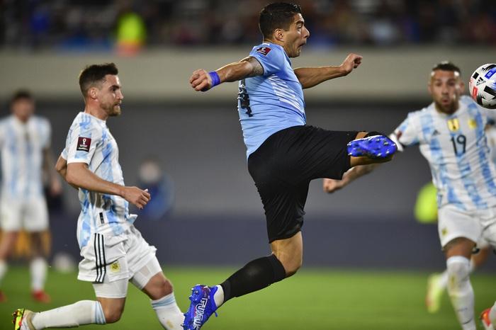 Messi ghi bàn rùa để lập kỷ lục và mở ra chiến thắng đậm cho Argentina trước Uruguay - Ảnh 3.