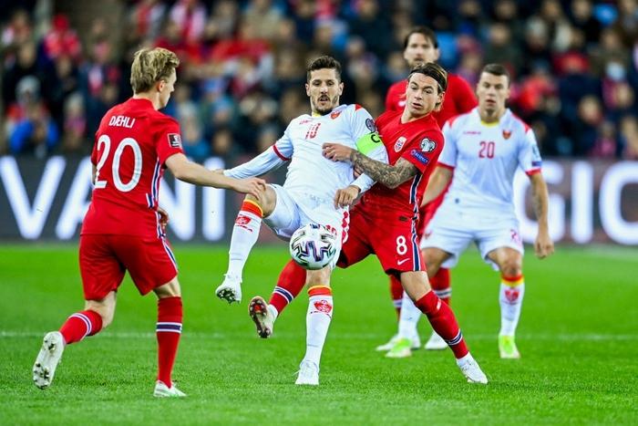 Jovetic (10 - áo trắng) sở hữu cơ hội tốt nhất của Montenegro trong hiệp 1