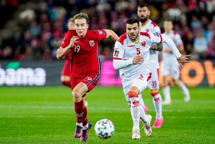 Montenegro (áo trắng) chơi rất nỗ lực trong hiệp hai