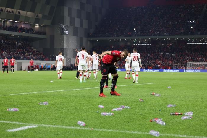 Vòng loại World Cup 2022: Fan quá khích ném mưa chai lọ khiến đội khách tức giận bỏ khỏi sân, cảnh sát Anh bị hooligans đuổi đánh ngay tại Wembley - Ảnh 5.