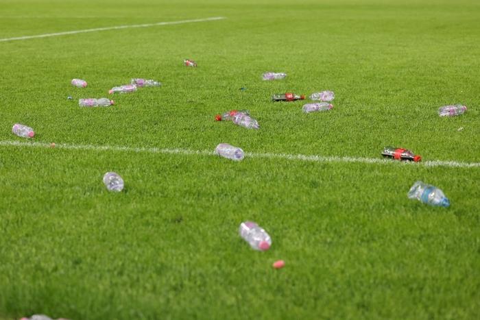 Vòng loại World Cup 2022: Fan quá khích ném mưa chai lọ khiến đội khách tức giận bỏ khỏi sân, cảnh sát Anh bị hooligans đuổi đánh ngay tại Wembley - Ảnh 4.
