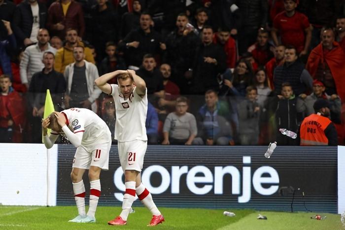 Vòng loại World Cup 2022: Fan quá khích ném mưa chai lọ khiến đội khách tức giận bỏ khỏi sân, cảnh sát Anh bị hooligans đuổi đánh ngay tại Wembley - Ảnh 2.