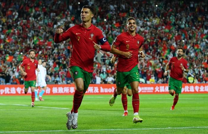 Ronaldo ghi bàn trong tình huống penalty gây tranh cãi - Ảnh 3.