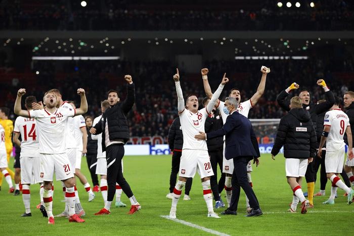 Vòng loại World Cup 2022: Fan quá khích ném mưa chai lọ khiến đội khách tức giận bỏ khỏi sân, cảnh sát Anh bị hooligans đuổi đánh ngay tại Wembley - Ảnh 7.
