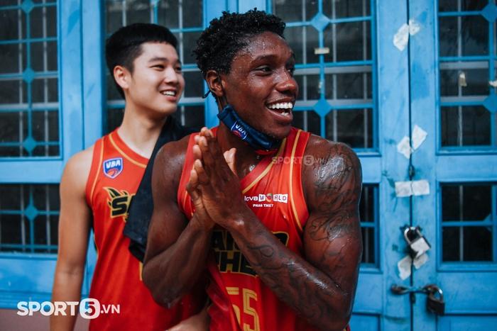 """Clip: Toàn cảnh màn ăn mừng """"ướt át"""" của Saigon Heat trong ngày DaQuan Bracey ghi 51 điểm tại VBA - Ảnh 4."""