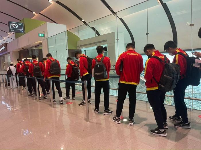 ĐT Việt Nam mệt mỏi vì chờ đợi làm thủ tục tại sân bay Oman - Ảnh 3.