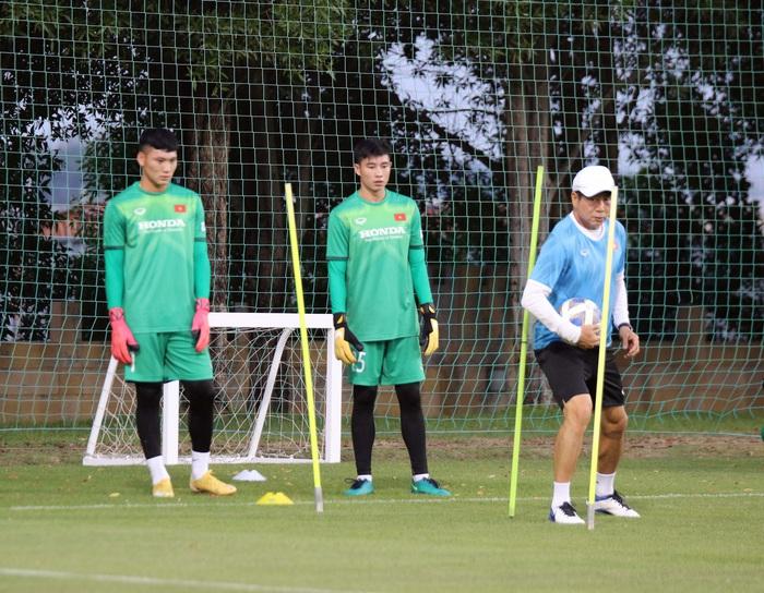 Những hình ảnh đầu tiên của HLV Park Hang-seo trong buổi tập cùng U23 Việt Nam - Ảnh 10.