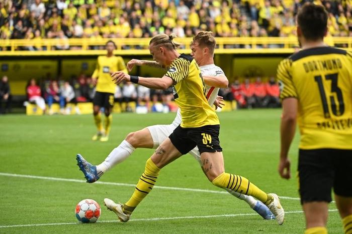Vắng Haaland, Dortmund vất vả giành chiến thắng sát nút trước Augsburg  - Ảnh 2.