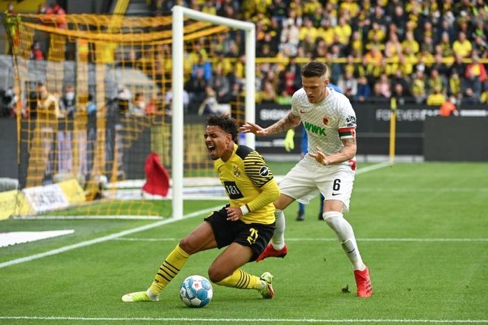 Vắng Haaland, Dortmund vất vả giành chiến thắng sát nút trước Augsburg  - Ảnh 3.