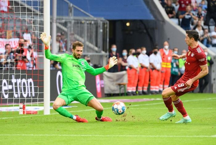 Thủ môn nam thần hóa siêu nhân khiến Bayern thua không thể tin nổi ngay trên sân nhà - Ảnh 3.