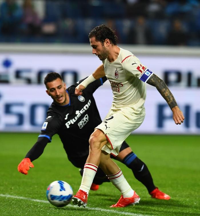 Atalanta 1-3 AC Milan: Thắng tưng bừng Atalanta, Milan bám sát Napoli trên bảng xếp hạng - Ảnh 2.