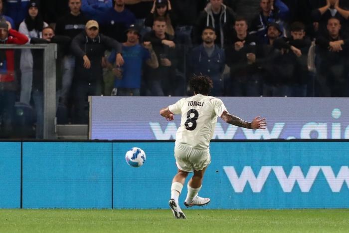 Atalanta 1-3 AC Milan: Thắng tưng bừng Atalanta, Milan bám sát Napoli trên bảng xếp hạng - Ảnh 5.