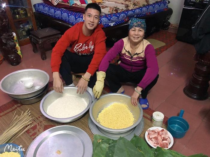 Công Phượng tự tay gói bánh tét ăn Tết, luộc bánh bằng bếp từ khiến fan phì cười: Đúng kiểu nhà giàu - Ảnh 7.
