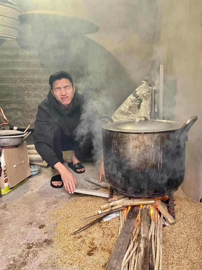 Công Phượng tự tay gói bánh tét ăn Tết, luộc bánh bằng bếp từ khiến fan phì cười: Đúng kiểu nhà giàu - Ảnh 4.