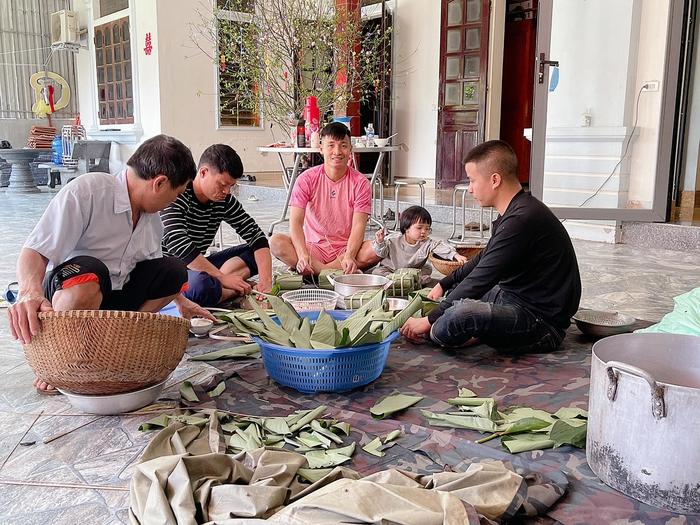 Hội con nhà cầu thủ Việt chơi Tết: Dâu Tây được bố cõng trên vai rồi tâng bóng, con gái Tiến Dũng đã biết xới cơm cho bà - Ảnh 5.