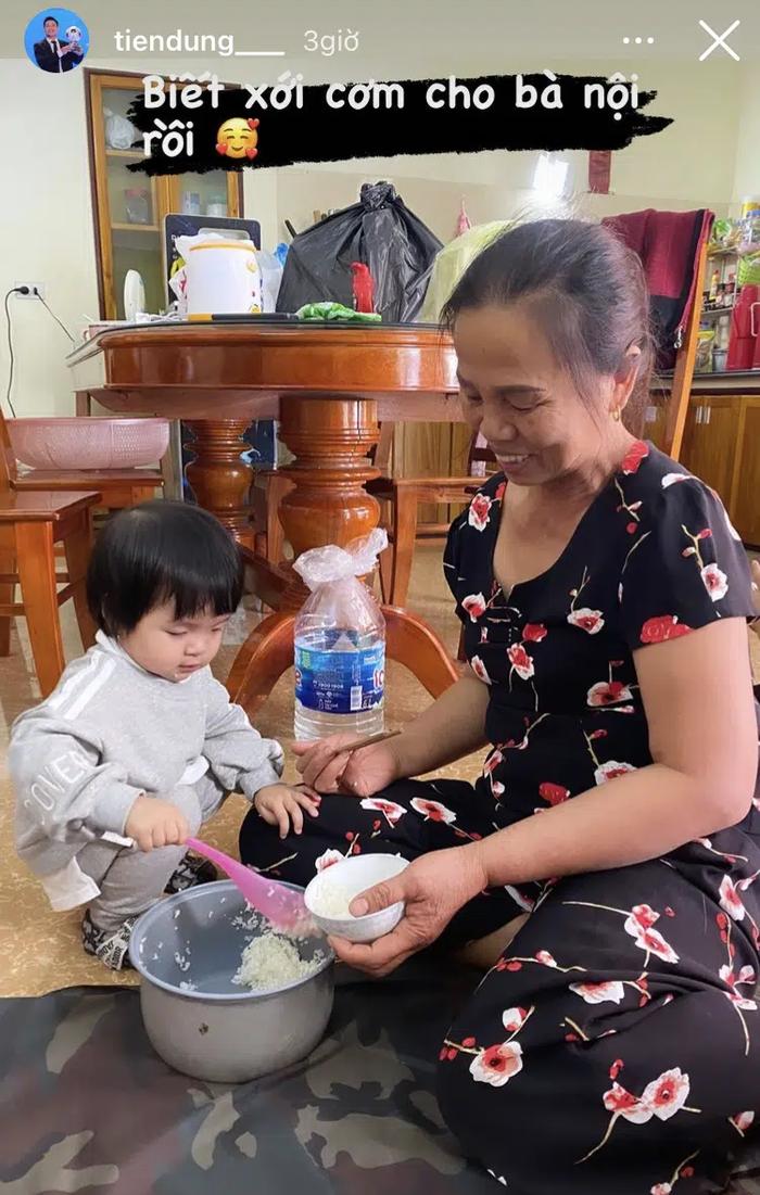 Hội con nhà cầu thủ Việt chơi Tết: Dâu Tây được bố cõng trên vai rồi tâng bóng, con gái Tiến Dũng đã biết xới cơm cho bà - Ảnh 6.