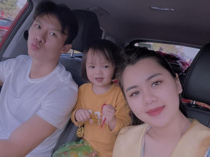 Hội con nhà cầu thủ Việt chơi Tết: Dâu Tây được bố cõng trên vai rồi tâng bóng, con gái Tiến Dũng đã biết xới cơm cho bà - Ảnh 2.