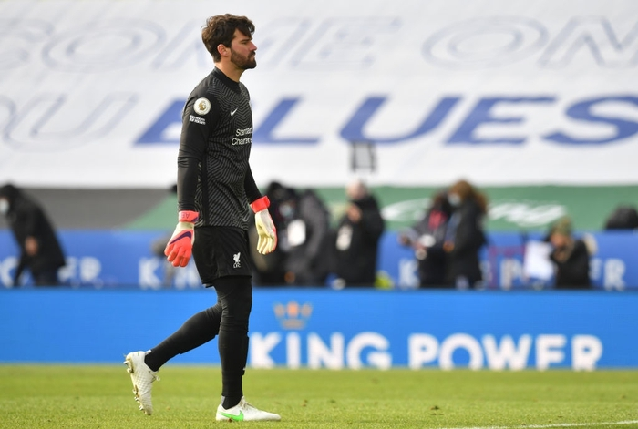 Quay chậm: Thủ môn xuất sắc nhất năm 2019 băng ra phạm lỗi với đồng đội, dẫn đến bàn thua ngốc nghếch - Ảnh 7.