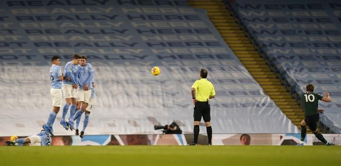 Đè bẹp thầy trò Mourinho, Man City bỏ xa MU tới 8 điểm - Ảnh 2.