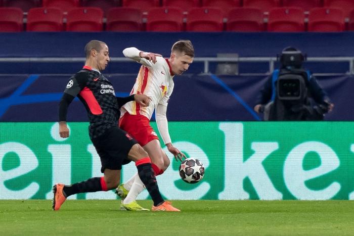 Tận dụng sai lầm kép của đối thủ, Liverpool đặt một chân vào tứ kết Champions League - Ảnh 2.