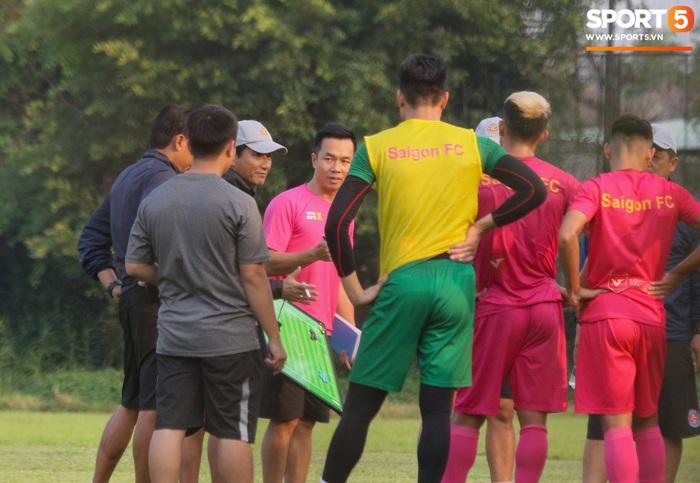 Cố vấn cao cấp CLB Sài Gòn chỉ đạo, HLV Vũ Tiến Thành không có mặt trong buổi tập đầu xuân - Ảnh 4.