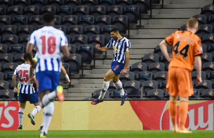 Ronaldo tịt ngòi, đồng đội mắc sai lầm nghiêm trọng, Juventus lại đứng trước nguy cơ bị loại sớm ở Champions League - Ảnh 2.