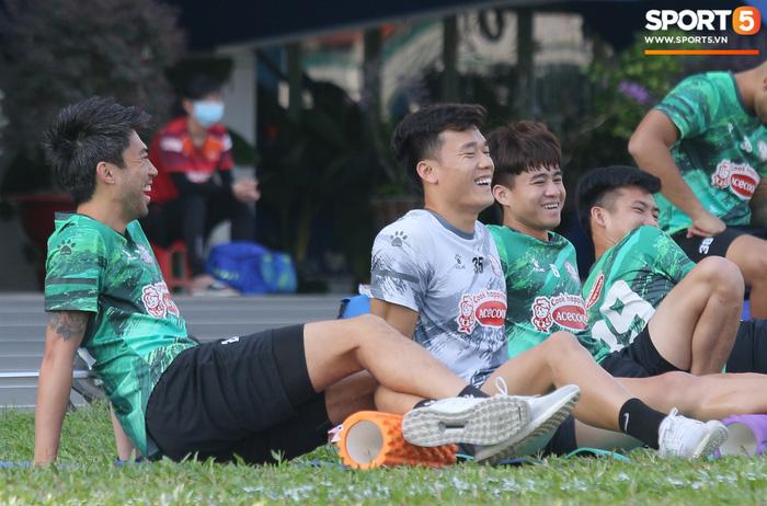 Bùi Tiến Dũng, Lee Nguyễn tươi cười dù chấn thương trong ngày tập đối kháng đầu tiên - Ảnh 6.