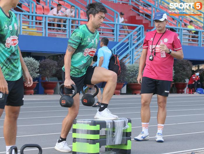 Bùi Tiến Dũng, Lee Nguyễn tươi cười dù chấn thương trong ngày tập đối kháng đầu tiên - Ảnh 3.