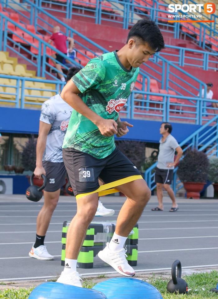 Bùi Tiến Dũng, Lee Nguyễn tươi cười dù chấn thương trong ngày tập đối kháng đầu tiên - Ảnh 8.