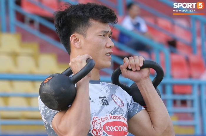 Bùi Tiến Dũng, Lee Nguyễn tươi cười dù chấn thương trong ngày tập đối kháng đầu tiên - Ảnh 10.